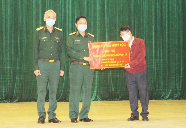 Tỉnh Nghệ An hỗ trợ Quân khu 4 kinh phí, vật chất phòng chống dịch COVID-19