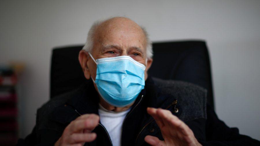 Bác sĩ 99 tuổi vẫn làm việc cứu giúp bệnh nhân COVID-19