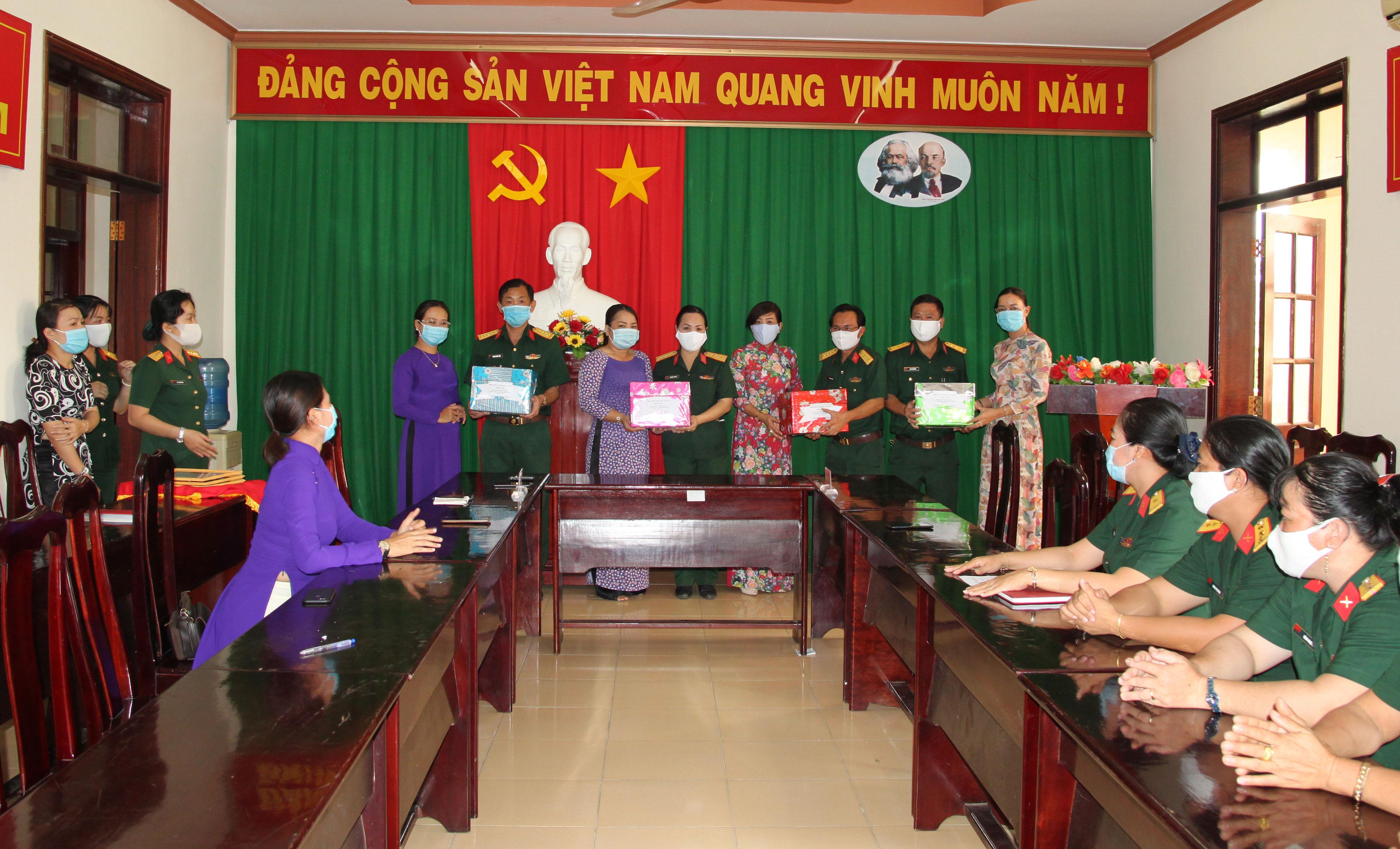 Hậu Giang Phụ nữ lực lượng vũ trang chung tay đẩy lùi dịch bệnh