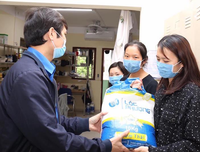 Trao hơn 15 tấn gạo tặng sinh viên bị ảnh hưởng bởi COVID-19