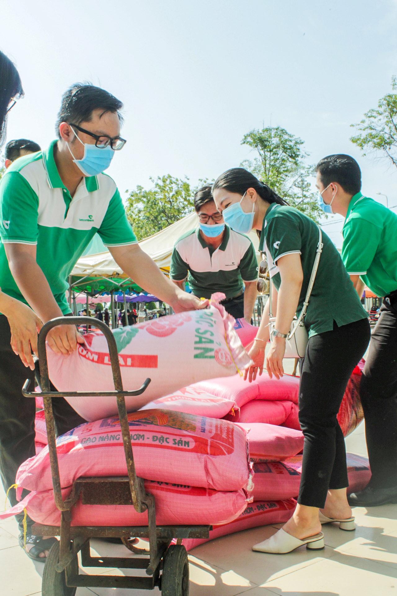 Chi đoàn Vietcombank Bình Định ủng hộ 2,5 tấn gạo hỗ trợ người dân bị ảnh hưởng bởi dịch COVID-19
