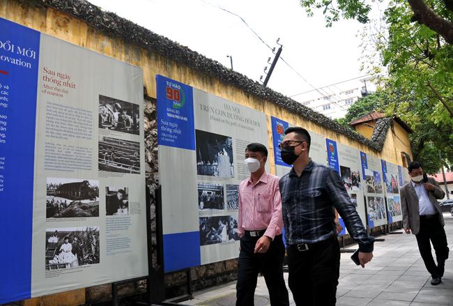 """Triển lãm """"Tự hào 90 năm Đảng bộ thành phố Hà Nội"""""""