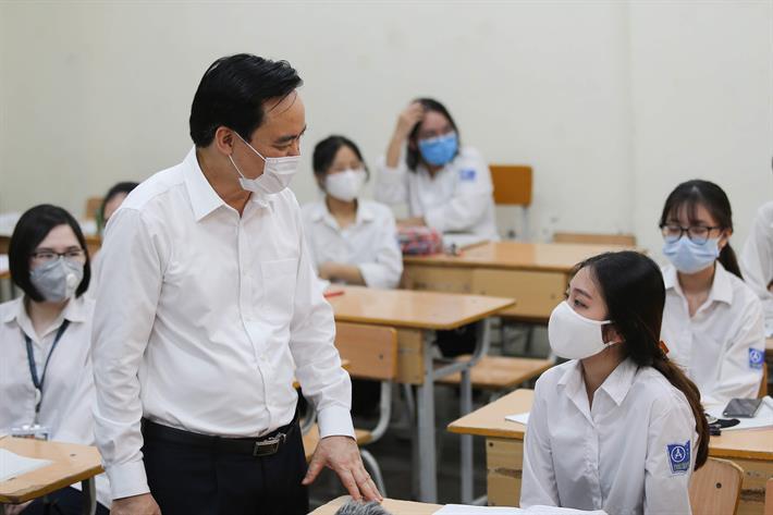 Bộ trưởng Bộ GD ĐT động viên thầy trò ngày đầu đến trường sau nghỉ dịch COVID-19