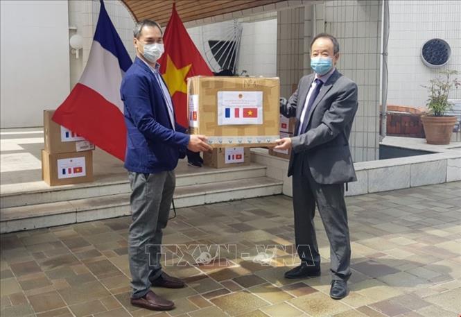 Việt Nam tặng khẩu trang y tế cho các hội đoàn Pháp