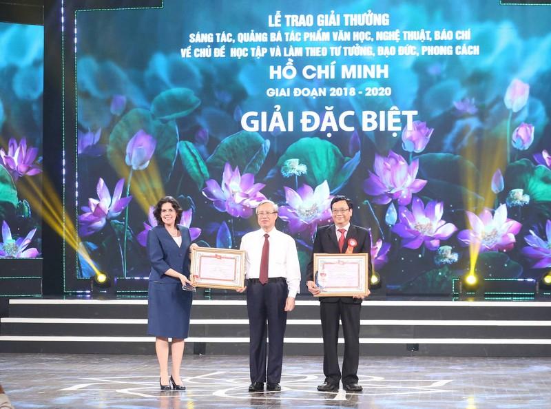 """Trao thưởng các tác phẩm xuất sắc về chủ đề """"Học tập và làm theo tư tưởng, đạo đức, phong cách Hồ Chí Minh"""""""