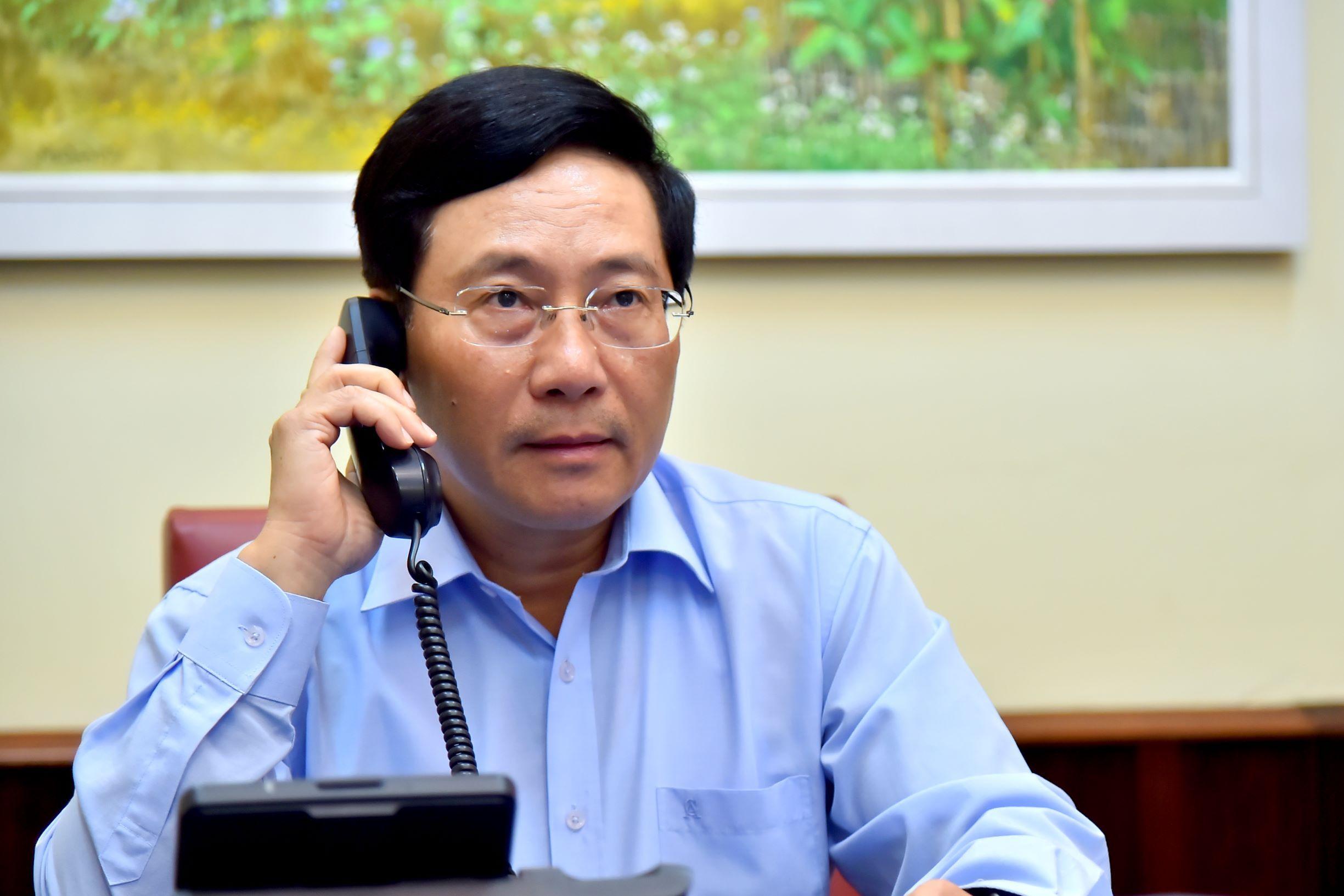 Đồng chí Phạm Bình Minh điện đàm với Bộ trưởng Ngoại giao Canada