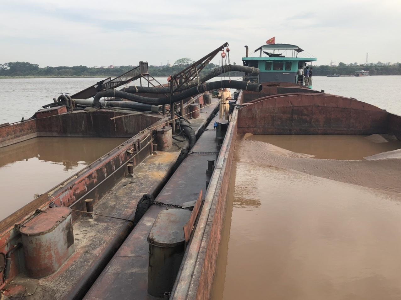 Bắt 8 phương tiện khai thác cát trái phép trên sông Hồng