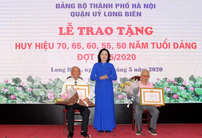 Hà Nội Gần 6 100 đảng viên được trao Huy hiệu Đảng đợt 19 5