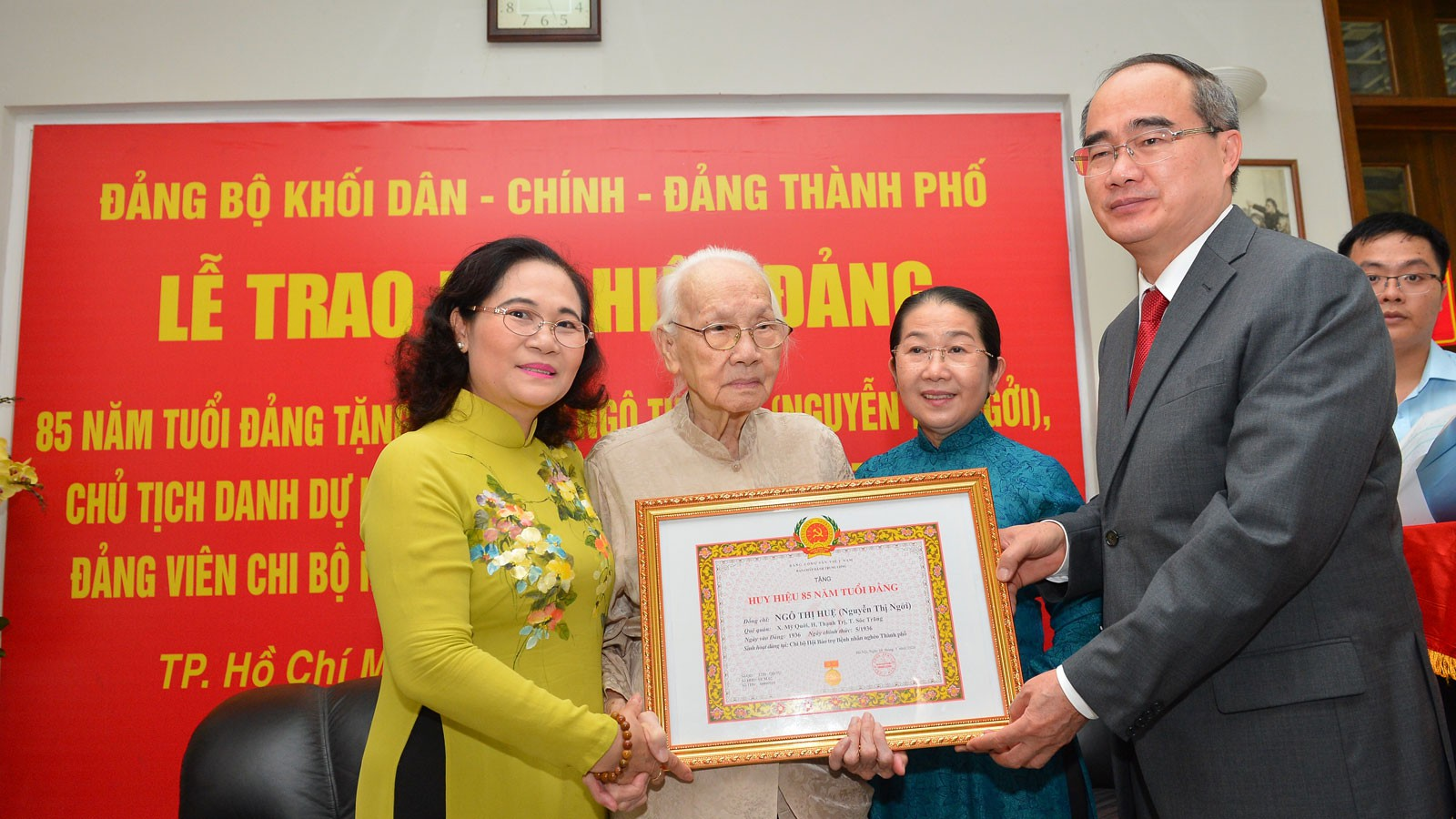 Trao Huy hiệu 85 tuổi Đảng tặng phu nhân Tổng Bí thư Nguyễn Văn Linh