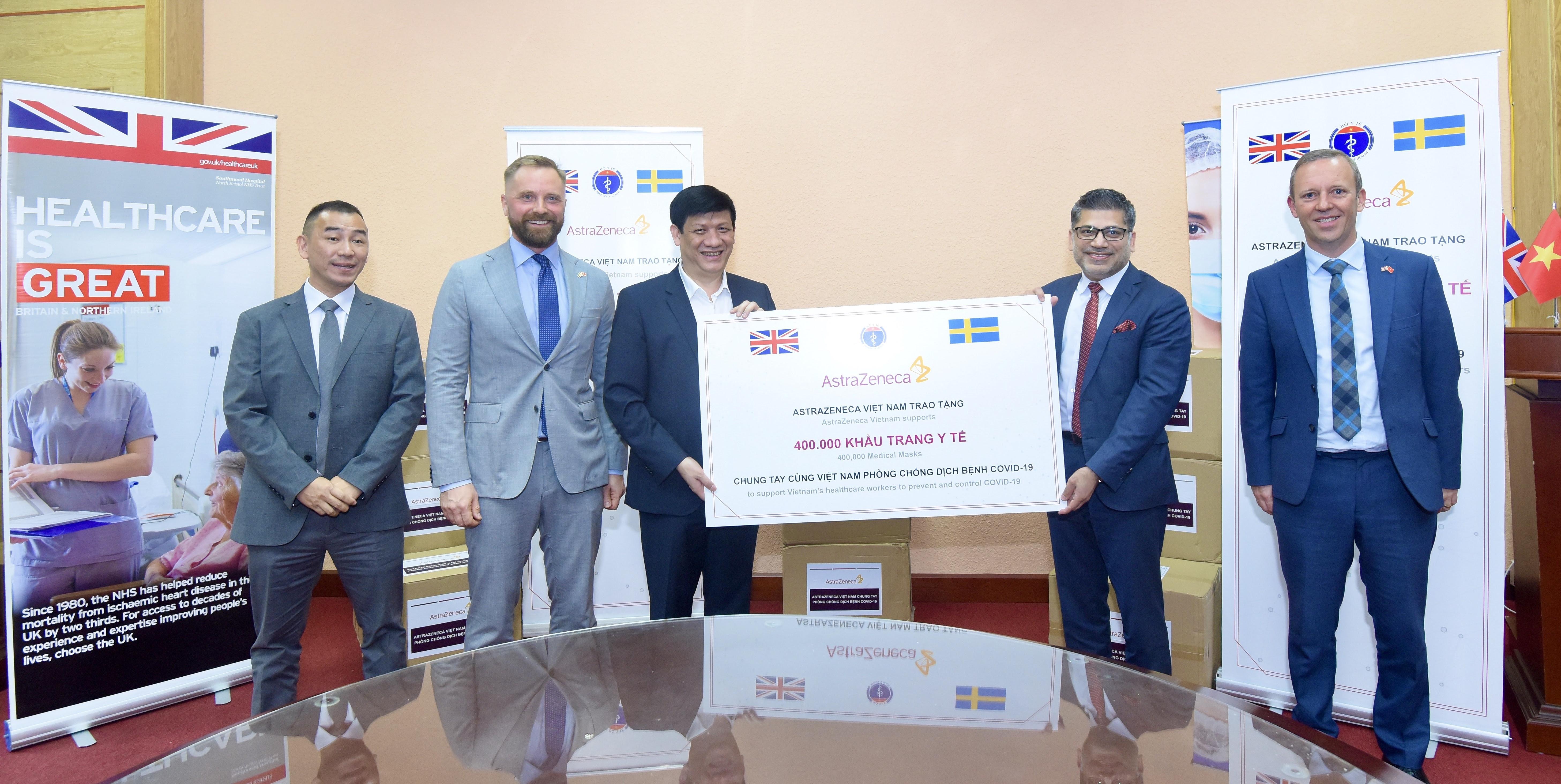 AstraZeneca Việt Nam trao tặng 400 000 khẩu trang cho Bộ Y tế