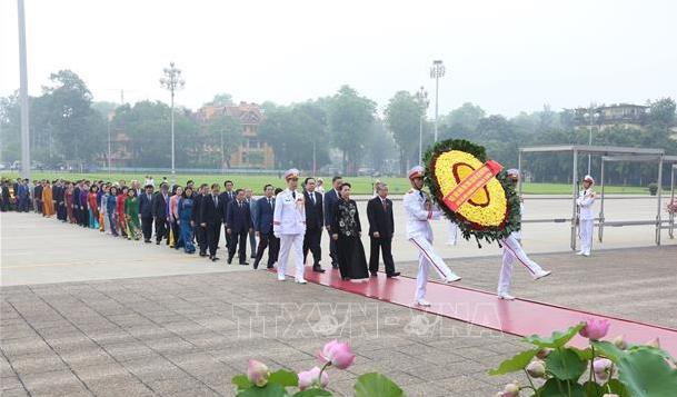 Lãnh đạo Đảng, Nhà nước, các đại biểu Quốc hội vào Lăng viếng Bác