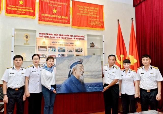 Họa sỹ Nguyễn Thu Thủy tặng tranh Bác Hồ cho Bộ Tư lệnh Hải quân