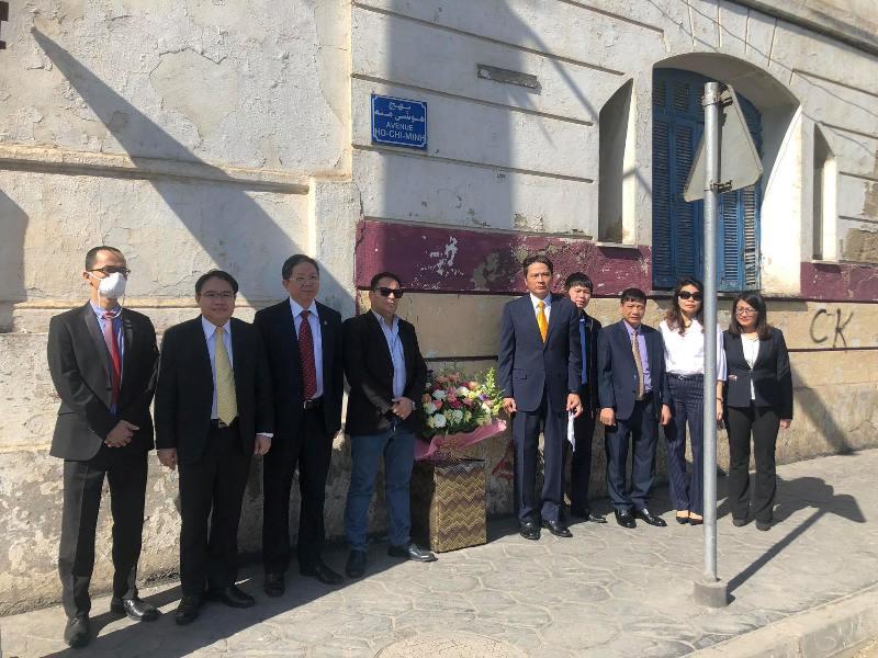 Đại sứ quán Việt Nam tại An-giê-ri dâng hoa tưởng nhớ Chủ tịch Hồ Chí Minh