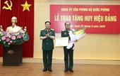 Trao tặng Huy hiệu 40 năm tuổi Đảng cho Thượng tướng Trần Đơn