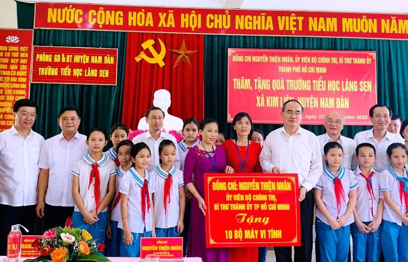 Bí thư Thành ủy TP Hồ Chí Minh Nguyễn Thiện Nhân thăm, tặng quà tại Nghệ An