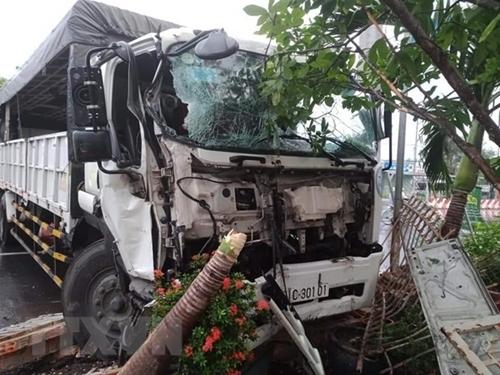 Bình Phước Xe tải tông sập cổng nhà dân, nhiều người may mắn thoát chết
