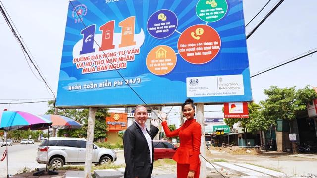 Khai trương biển truyền thông cho đường dây nóng tư vấn và hỗ trợ nạn nhân mua bán người