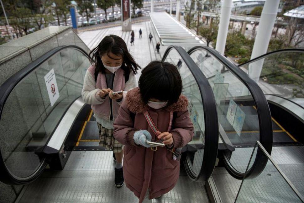 Nhật Bản khuyến cáo không nên đeo khẩu trang cho trẻ dưới 2 tuổi