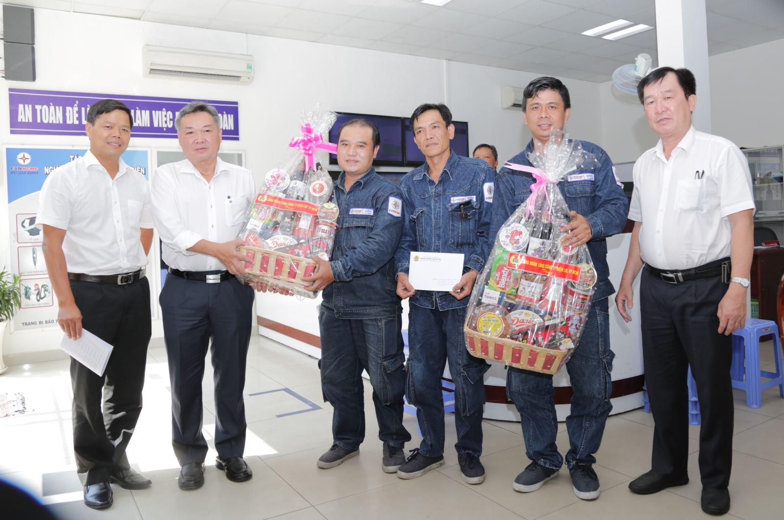Lãnh đạo Tổng công ty Điện lực TP Hồ Chí Minh thăm, tặng quà công nhân