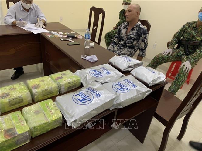 Phát hiện vụ vận chuyển qua biên giới 20 kg chất nghi là ma túy