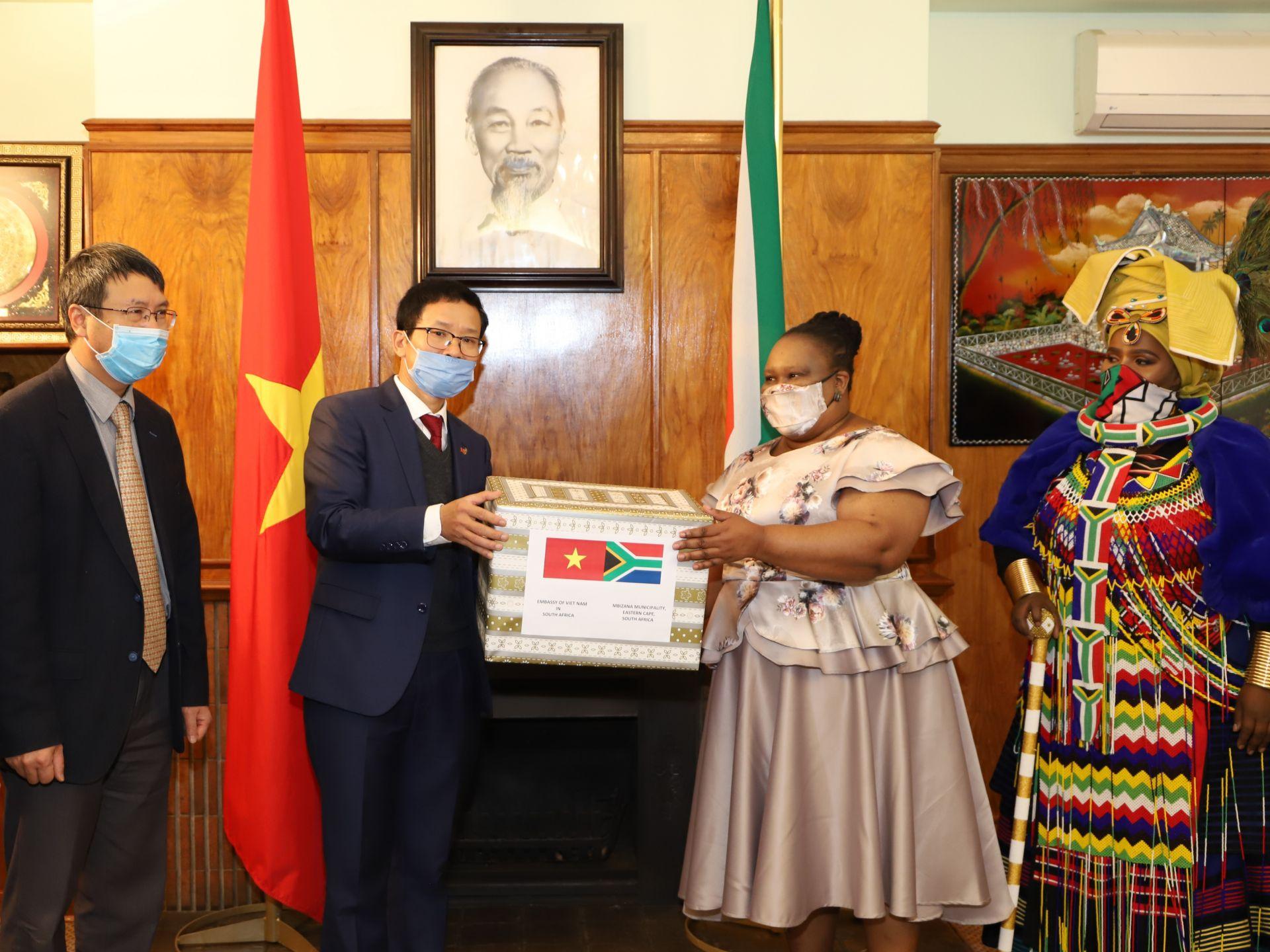 Trao quà hỗ trợ nhân dân Nam Phi phòng chống COVID-19