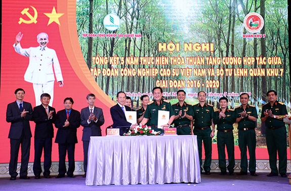 Tăng cường hợp tác giữa Quân khu 7 và Tập đoàn Công nghiệp Cao su Việt Nam