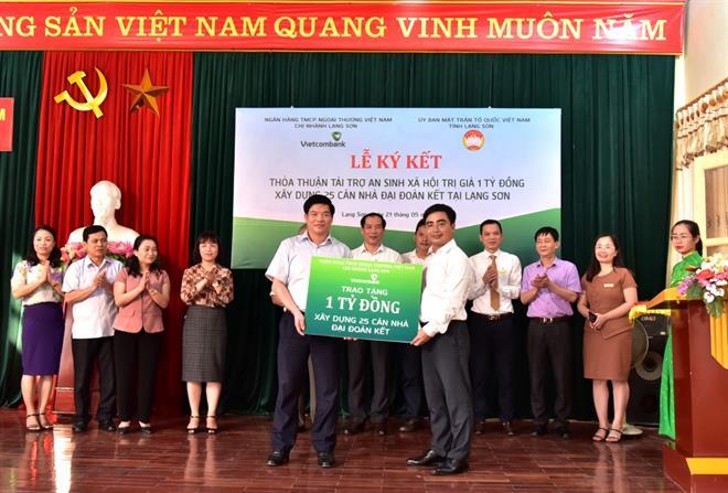 Vietcombank Lạng Sơn tài trợ 1 tỷ đồng xây dựng nhà đại đoàn kết