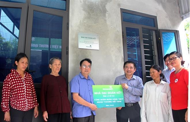 Bàn giao 11 căn nhà đại đoàn kết tại Hà Nam do Vietcombank tài trợ