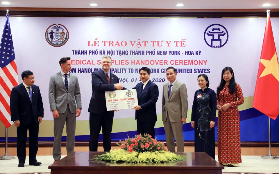 Hà Nội trao tặng vật tư y tế chống dịch COVID-19 cho thành phố New York Hoa Kỳ