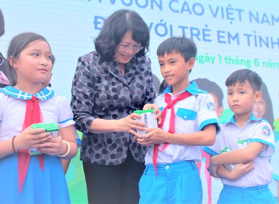 Phó Chủ tịch nước Đặng Thị Ngọc Thịnh tặng quà cho trẻ em Quảng Nam