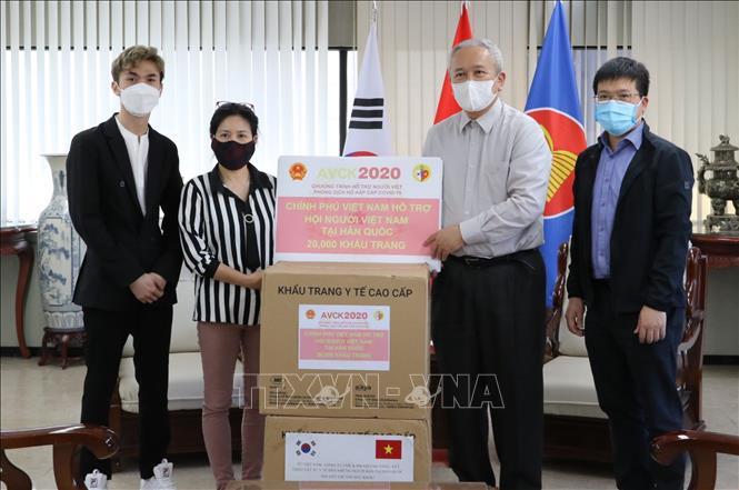 Trao tặng 25 000 khẩu trang cho cộng đồng người Việt Nam tại Hàn Quốc