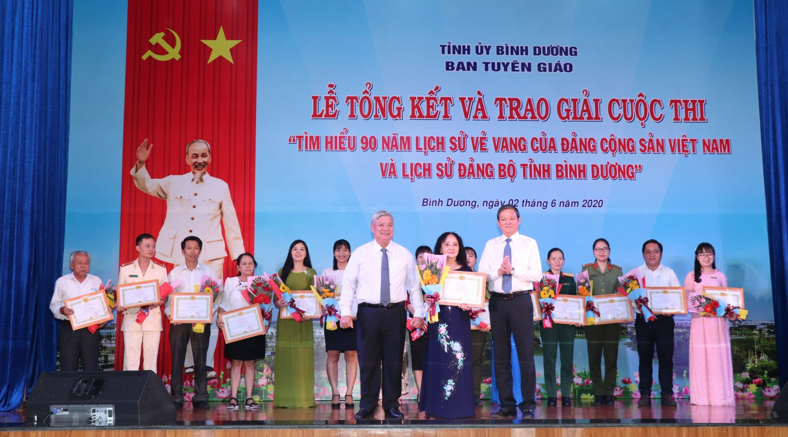 """Trao giải Cuộc thi """"Tìm hiểu 90 năm lịch sử vẻ vang của Đảng Cộng sản Việt Nam và Lịch sử Đảng bộ tỉnh Bình Dương"""""""