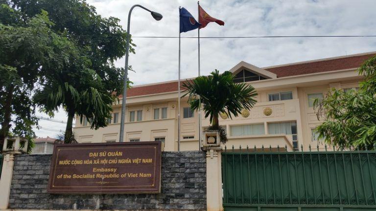 Đại sứ quán Việt Nam tại Lào tiếp tục hỗ trợ công dân có nguyện vọng về nước