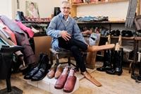 Thợ đóng giày giãn cách xã hội ở Rumani