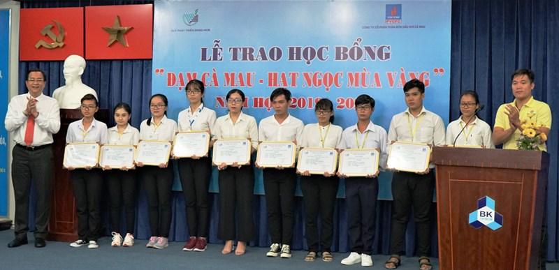 30 sinh viên Đại học Quốc gia TP Hồ Chí Minh nhận học bổng Đạm Cà Mau