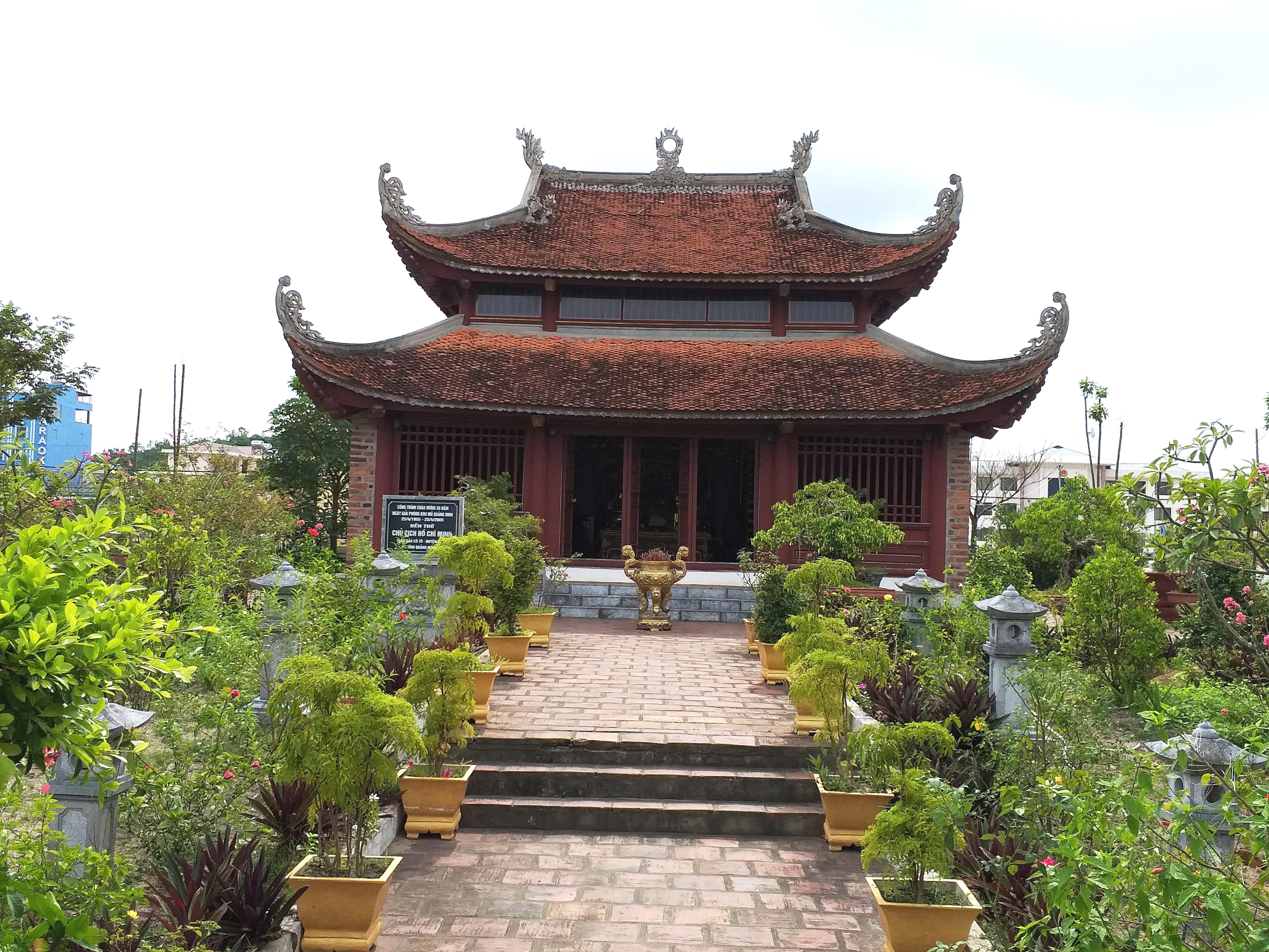 Thăm đền thờ Bác Hồ trên đảo Cô Tô