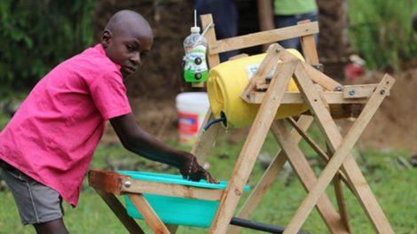 Kenya Cậu bé 9 tuổi nhận giải thưởng cống hiến vì máy rửa tay chống COVID-19