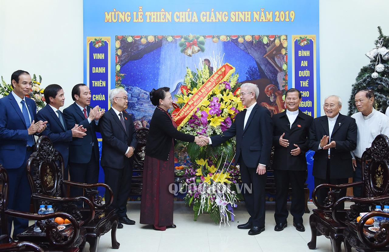 Chủ tịch Quốc hội Nguyễn Thị Kim Ngân đến thăm và chúc mừng chức sắc Công giáo nhân dịp Lễ Giáng sinh năm 2019 tại Ủy ban Đoàn kết Công giáo Việt Nam. Ảnh: Quochoi.vn