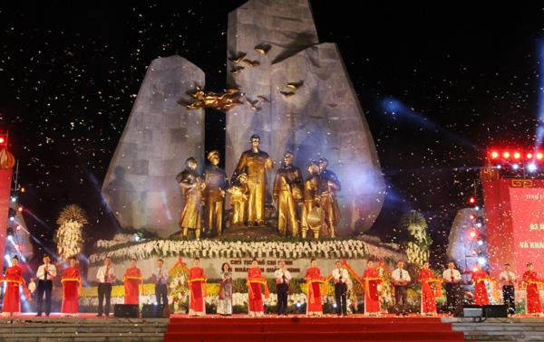 """Lễ kỷ niệm 63 năm Ngày Bác Hồ về thăm Quảng Bình và khánh thành Tượng đài """"Chủ tịch Hồ Chí Minh với Nhân dân Quảng Bình"""""""