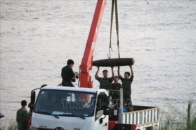 Trục vớt an toàn quả bom nằm dưới sông Hồng Hà Nội