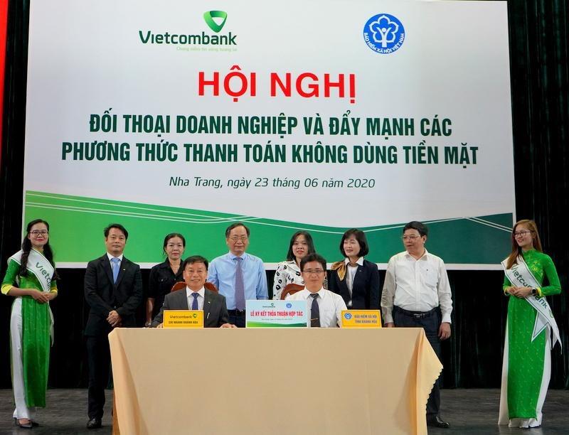 Vietcombank Khánh Hòa phối hợp phát triển các phương thức thanh toán không dùng tiền mặt