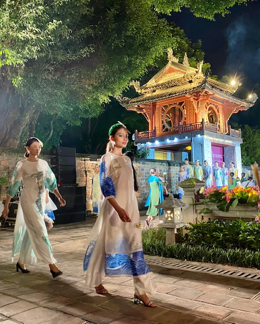 Tôn vinh tà áo dài Việt Nam