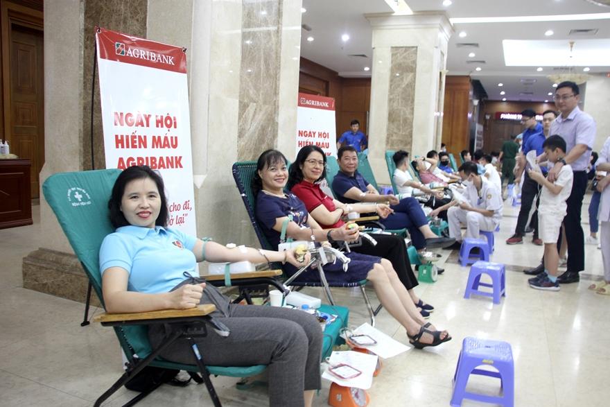 Hàng trăm đoàn viên thanh niên, cán bộ nhân viên Agribank tham gia ngày hội hiến máu tình nguyện năm 2020