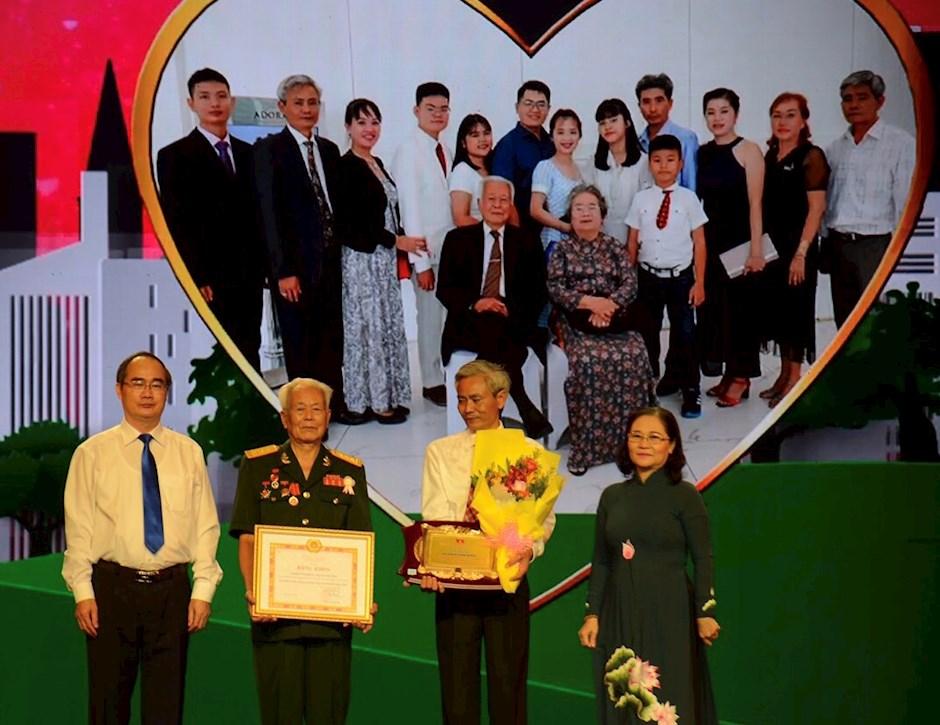TP Hồ Chí Minh tuyên dương 183 gia đình truyền thống tiêu biểu năm 2020