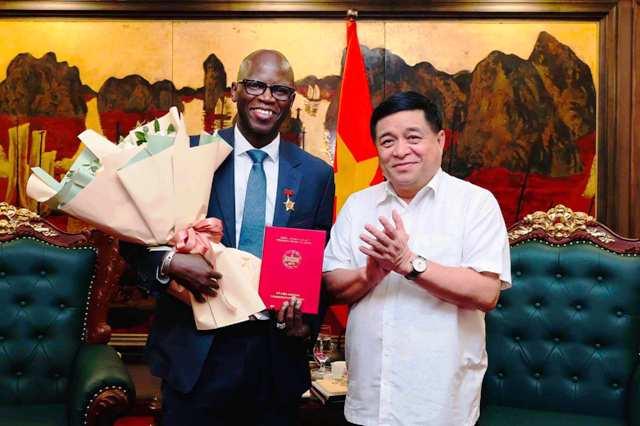 Bộ Kế hoạch và Đầu tư trao kỷ niệm chương cho Giám đốc Quốc gia WB tại Việt Nam