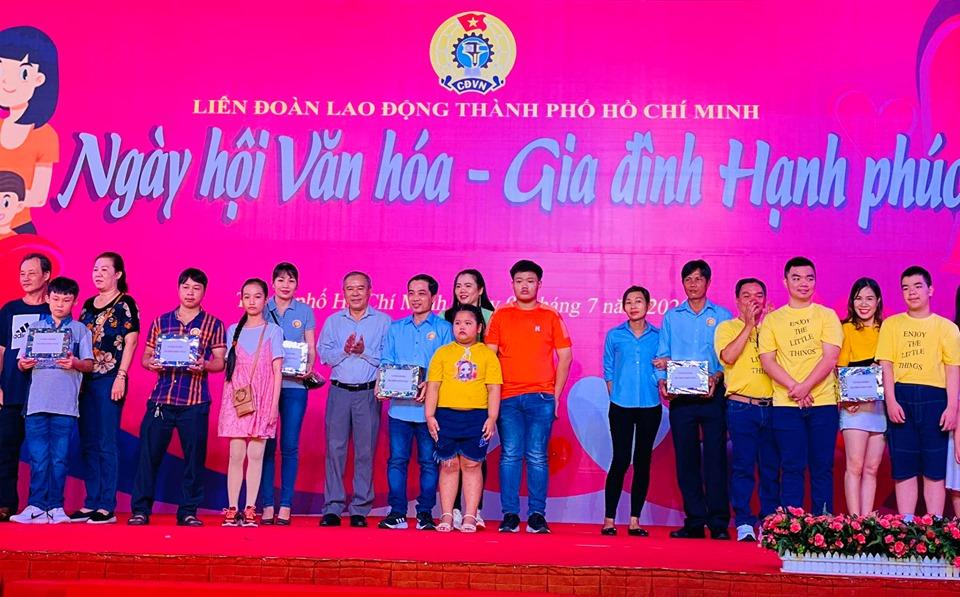 TP Hồ Chí Minh Tôn vinh 53 gia đình CNVC-LĐ văn hóa - hạnh phúc