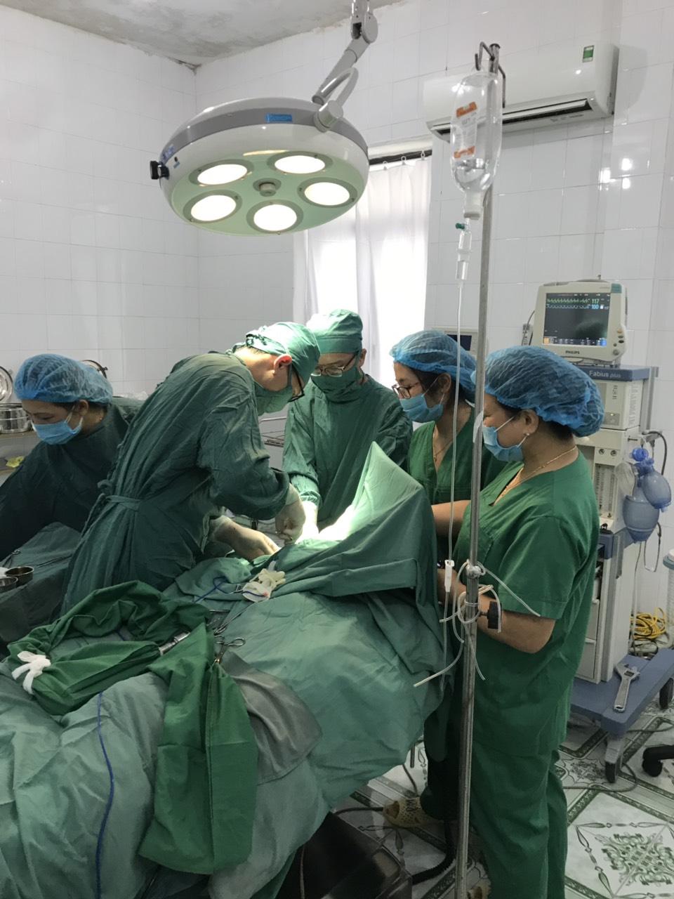 Phẫu thuật thành công lấy di vật là viên đạn bi trong uống tủy xương cách tay cho bệnh nhân 4 tuổi