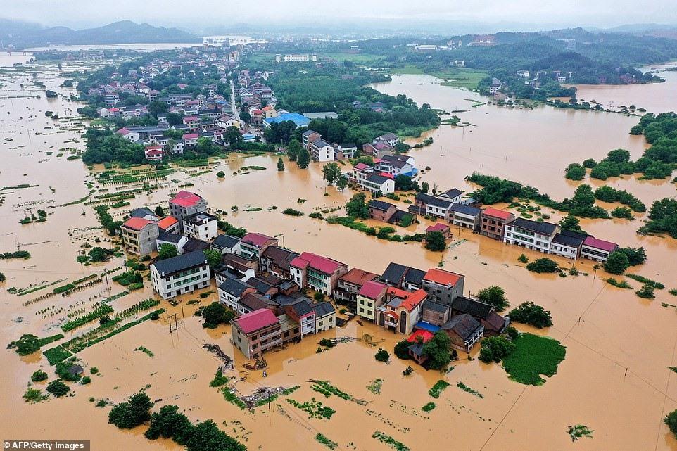 Điện thăm hỏi mưa lớn và lũ lụt tại Trung Quốc