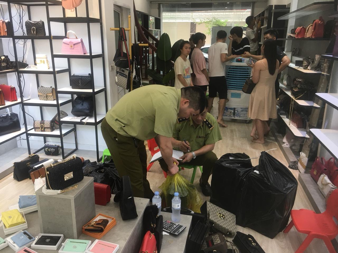 Phát hiện hơn 33 000 sản phẩm thời trang giả mạo nhãn, không rõ xuất xứ