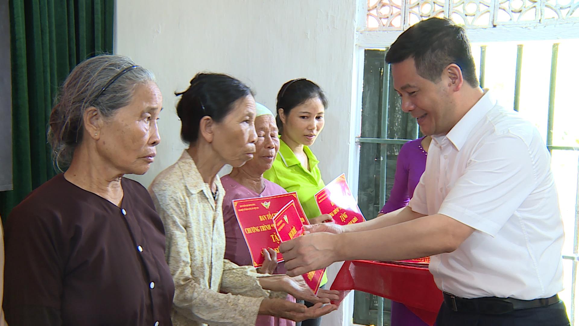 """Chương trình """"Màu hoa đỏ"""" trao sổ tiết kiệm tình nghĩa tại Thái Bình"""